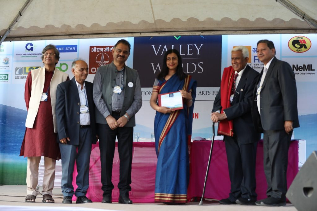 Ms. Anjum Hasan While Receiving The Prize